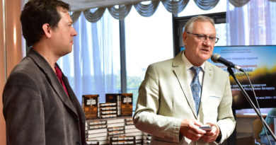 Церемония передачи книги Вячеслава Бондаренко