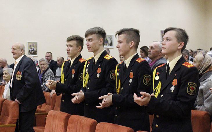 Суворовцы приветствуют ветеранов